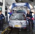 Vrouwen van Loogman wassen en zingen tijdens Internationale Vrouwendag